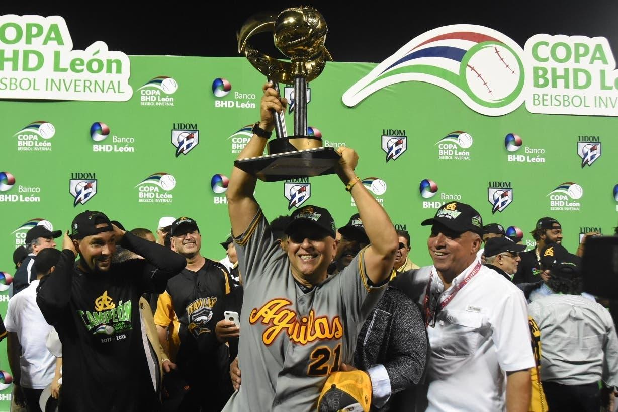 El dirigente Lino Rivera levanta la copa de campeón con las Águilas Cibaeñas. Foto de archivo