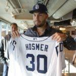 Eric Hosmer muestra la camiseta de San Diego con el 30.