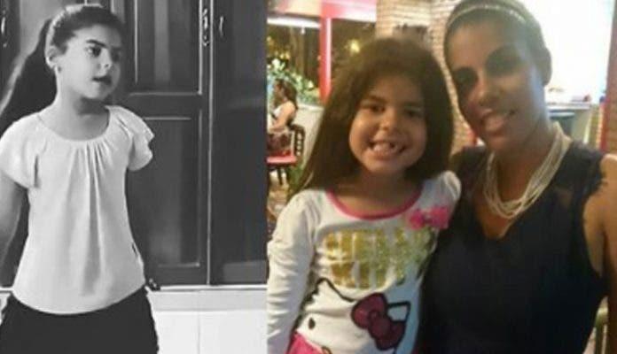 La infante Ángela Encarnación junto a su madre.