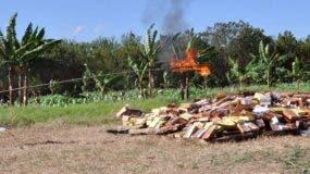 Una gran cantidad de cigarrillos falsificados fueron incinerados por las autoridades tras ser detectados en operativos.  ARCHIVO