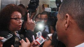 Beatriz Rosario Familia abordada por los periodistas a su salida de  Procuraduría.  elieser tapia.