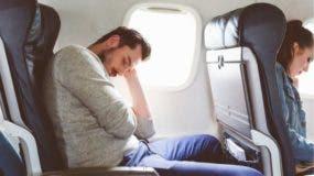 Aunque intentar dormir sentado es complicado en cualquier situación, en un avión las condiciones del entorno lo hacen más difícil.