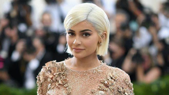 Kylie Jenner es hermana de la celebridad estadounidense Kim Kardashian, con quien realiza un popular programa de televisión.