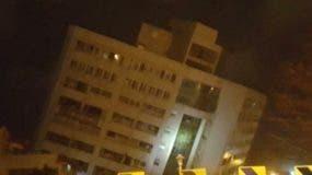 Un hotel de seis niveles quedó parcialmente colapsado sobre uno de sus costados. (Foto: Kulas)