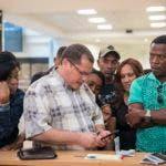 Un representante de Pawa Dominicana asiste a pasajeros varados en el Aeropuerto Internacional Las Américas, luego de que las autoridades suspendieran a la principal aerolínea del país por falta de pago de sus deudas. (AP Foto / Tatiana Fernández)