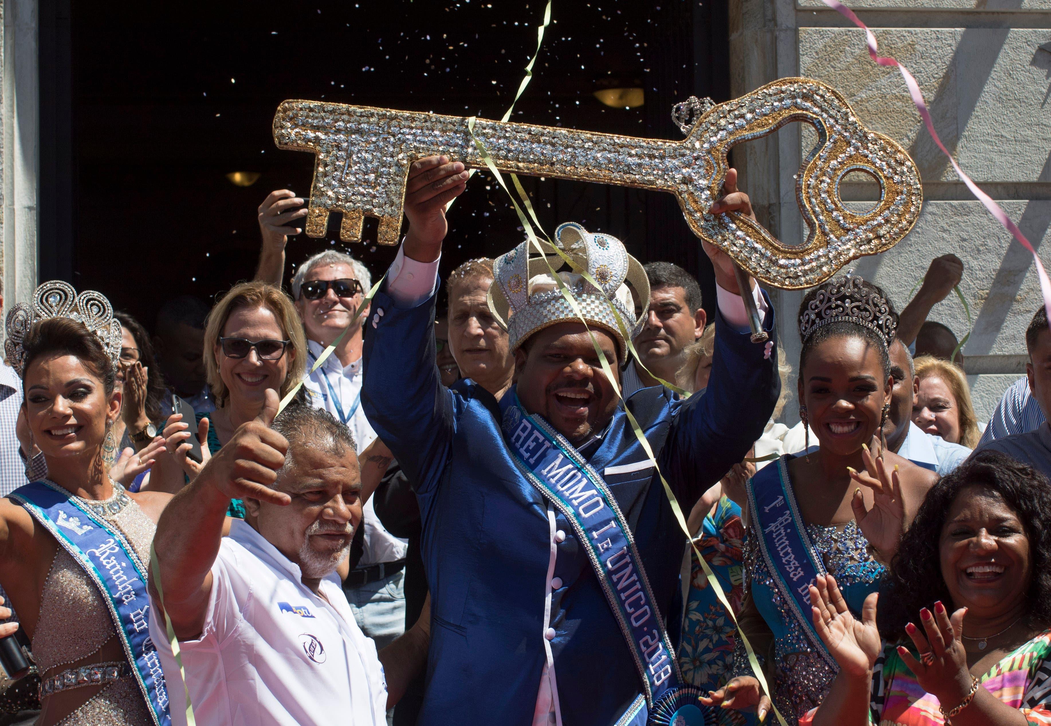 El Carnival King 2018 Momo, Milton Junior sostiene la llave de la ciudad en una ceremonia que marca el inicio oficial del Carnaval en Río de Janeiro, Brasil, el viernes 9 de febrero de 2018. (AP Photo / Leo Correa)