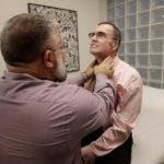 Mark Chappell (der) es examinado por el doctor Christophen Schiessl el 26 de enero del 2018 en San Francisco. Durante más de una década, las drogas más fuertes contra el sida no conseguían controlar totalmente la infección del VIH de Chappell, pero ahora su cuerpo la controla por sí mismo y los investigadores están tratando de perfeccionar la edición genética que lo hace posible. (AP Photo/Jeff Chiu)