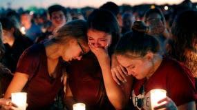 Estudiantes se consuelan entre el llanto durante una vigila por las víctimas del tiroteo del miércoles en la Escuela Secundaria Marjory Stoneman Douglas de Parkland, Florida, el jueves 15 de febrero de 2018. (AP Foto/Gerald Herbert)