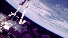 Esta foto proporcionada por la NASA muestra a los astronautas Norishige Kanai de Japón, izquierda y al astronauta de la NASA Mark Vande Hei durante una caminata espacial en la Estación Espacial Internacional el viernes 16 de febrero de 2018. Los astronautas están terminando meses de trabajos de reparación en la estación brazo robótico. El brazo robótico de 58 pies tenía ambas manos mecánicas envejecidas reemplazadas en caminatas espaciales previas. (NASA vía AP)