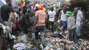 Los equipos de rescate recuperan un cuerpo mientras buscan supervivientes en el derrumbe de un montículo de basura en Maputo, Mozambique, el lunes 19 de febrero de 2018. Los medios mozambiqueños dicen que al menos 17 personas murieron cuando las fuertes lluvias provocaron el colapso parcial de la basura del montículo. (AP Photo / Ferhat Momade)