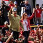 En esta foto del 4 de febrero de 2018, el presidente Nicolás Maduro y la primera dama Cilia Flores saludan a sus seguidores en un acto político. La oposición venezolana decidió no participar en las elecciones presidenciales de abril ante la falta de condiciones , anunció el martes 20 de febrero de 2018 el dirigente Edgar Zambrano.  (AP Foto/Ariana Cubillos)
