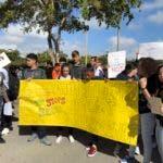 Después de la matanza del 14 de febrero y en medio de las condolencias por las víctimas y sus familias los estudiantes de Parkland han reclamado controles a la venta de armas y denunciado a los políticos que reciben apoyo económico de la poderosa Asociación Nacional del Rifle, que aglutina a la industria del armamento.