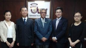 El rector  de la Universidad Nacional Evangélica,  Wilfredo Mañón Rossi, junto a representantes de la embajada de Taiwán en el país.