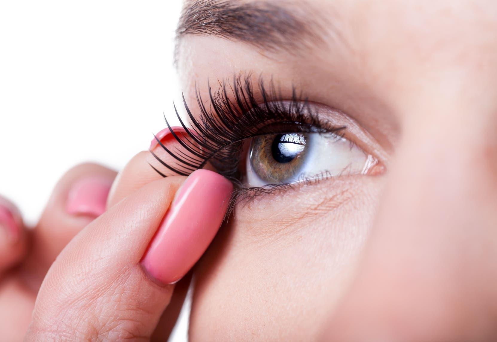 Dentro de las pautas a seguir para cuidar la visión está  retirarse el maquillaje de cejas y pestañas antes de acostarse.