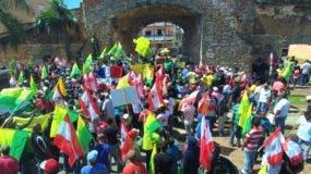 Cientos de personas apostadas en frente de la Puerta de la Misericordia. Foto: Ángel García