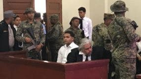Marlon Martínez junto a su abogado en audiencia donde se conoce la revisión obligatoria. Foto tomada de Telenoticias.