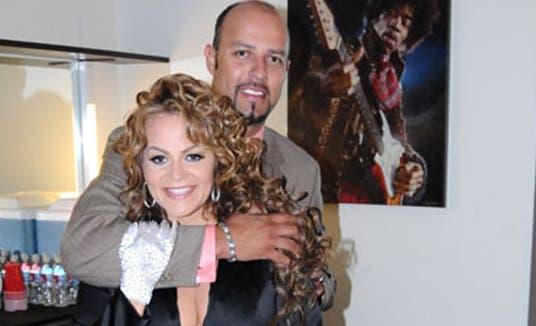 Foto de archivo de Esteban Loiza y la cantante  Jenni Rivera.