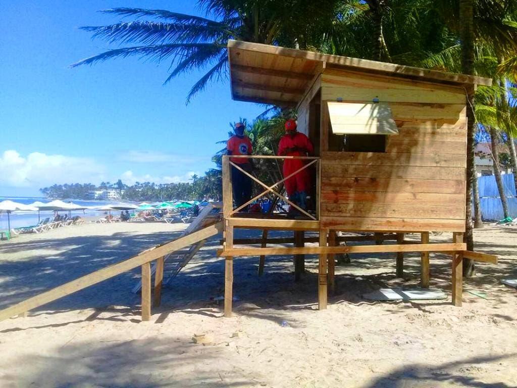 inician-construccion-casetas-para-salvavidas-en-playa-cabarete