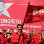 Vestido con camisa roja, Maduro recibió el estandarte del Partido Socialista Unido de Venezuela (PSUV), en medio de la ovación de los más de 500 delegados de esa agrupación.