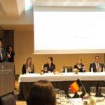 (De derecha a izquierda) Gilberto Acevedo, director de asuntos Europeo del MIREX; Marieke Anaf, agregada comercial regional de la embajada de Bélgica; Tamara Vasquez, directora agregada del Centro de Exportación e Inversión de la República Dominicana CEI-RD; Ana Karina Cárdenas, directora país de la firma internacional de comunicación estratégica PIZZOLANTE y el embajador del Reino de Bélgica para República Dominicana, Cuba y Haití (parado en el podio) Patrick Van Gheel.