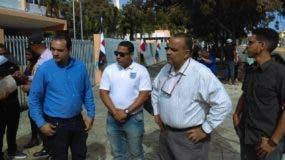 Algunos de los empleados de Pawa que acudieron esta mañana ante el ministerio de Trabajo a pedir la intervención de las autoridades para que la empresa les pague sus prestaciones.