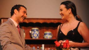 José Roberto Díaz y Luz García logran una química chispeante como pareja teatral en Tú en tu casa y yo en la mía, de la dramaturga española Stella Manaut.
