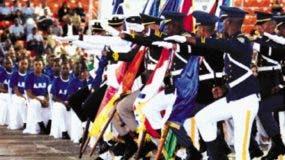 Los cadetes de las cuatro instituciones militares realizan la marcha en la apertura de los juegos.