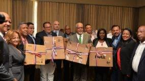 Directivos de FEDOMU y representantes de la UE entregan los equipos a los diez alcaldes seleccionados