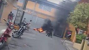 Tras la muerte del joven, moradores del barrio Duarte, en Herrera, protestaron en las calles demandando que se haga justicia. Foto: Fuente externa.