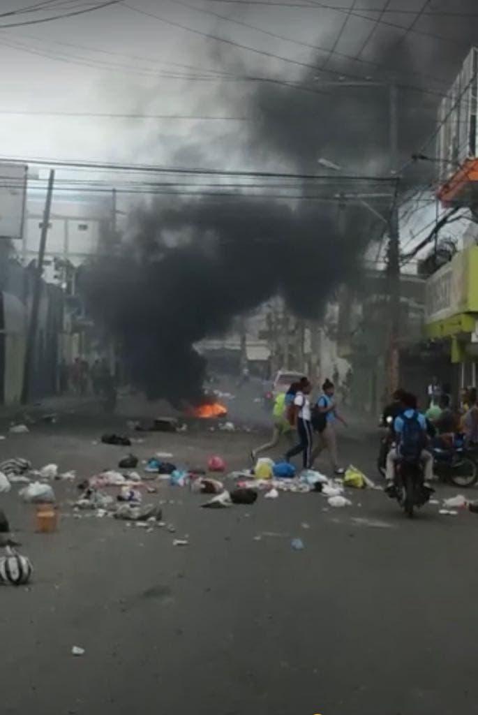 Residentes de Las Palmas de Herrera protestan por muerte de un joven.