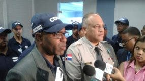 Representantes de la CNDH junto al coronel Frank Félix Duran Mejía.