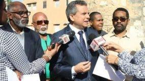 El diputado Fidel Santana (centro), presidente del Frente Amplio, junto a Juan Dionisio Restituyo (izq.), Juan Chalas (der.) y otros dirigentes de la organización