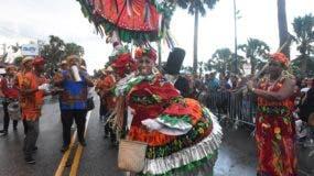 El ambiente tenía aspecto de un desfile nacional por la gran cantidad de personas que se dieron cita, y a pesar de que en varias ocasiones tuvieron que salir corriendo en busca de cobija para no mojarse. Foto: Alberto Calvo