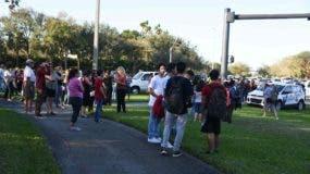 Estudiantes y adultos en los alrededores  la escuela secundaria Marjory Stoneman Douglas de la ciudad de Parkland, donde se produjo un   tiroteo que ha dejado 17 muertos.