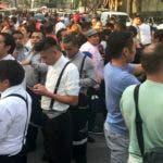 La gente se para en la calle durante un poderoso terremoto en la Ciudad de México el 16 de febrero de 2018. AFP