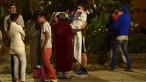 Los residentes se destacan en la calle después de un terremoto de 5.9 grados en la Ciudad de México el 19 de febrero de 2018. AFP