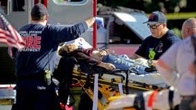 Personal sanitario asiste a una víctima de un tiroteo en la escuela secundaria Marjory Stoneman Douglas en Parkland, Florida, el miércoles 14 de febrero de 2018. vía AP