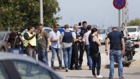 Agentes de los Mossos d'Esquadra y Policía local en el lugar donde un hombre hirió con un arma de fuego a dos policías locales, uno en estado crítico y otro grave, junto al tanatorio de Gavá (Barcelona) - EFE