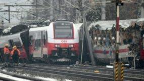 Una foto tomada el 12 de febrero de 2018 muestra a los rescatistas en el sitio donde dos trenes de pasajeros colisionaron en Niklasdorf, en el centro de Austria/ AFP