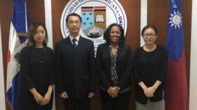 De izquierda a derecha: La profesora de mandarín Linda Chang, el consejero Luis Yang , la coordinadora de Cooperación Internacional y Proyectos Especiales de UNIBE,  Nikauli Vargas, y  la tercera secretaria y encargada de Becas, Rosa Wang