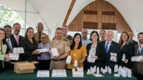 Ejecutivos de Sanar una Nación entregan los medicamentos.