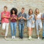 Según varios estudios, el uso constante de celulares afecta el rendimiento escolar.