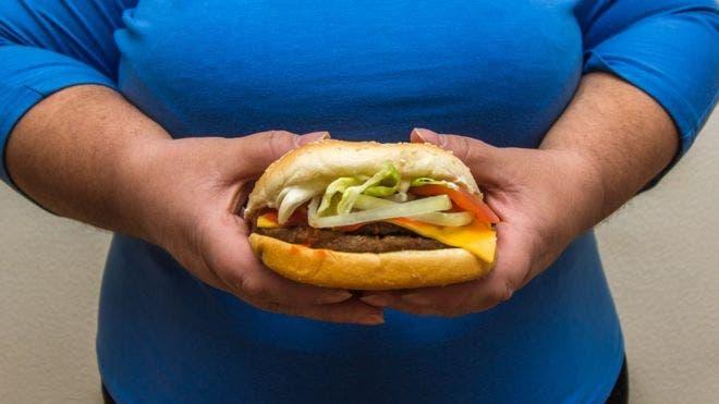Los obesos le sienten menos gusto a la comida y esto los lleva en muchos casos a buscar alimentos con más azúcar y mayor contenido graso.