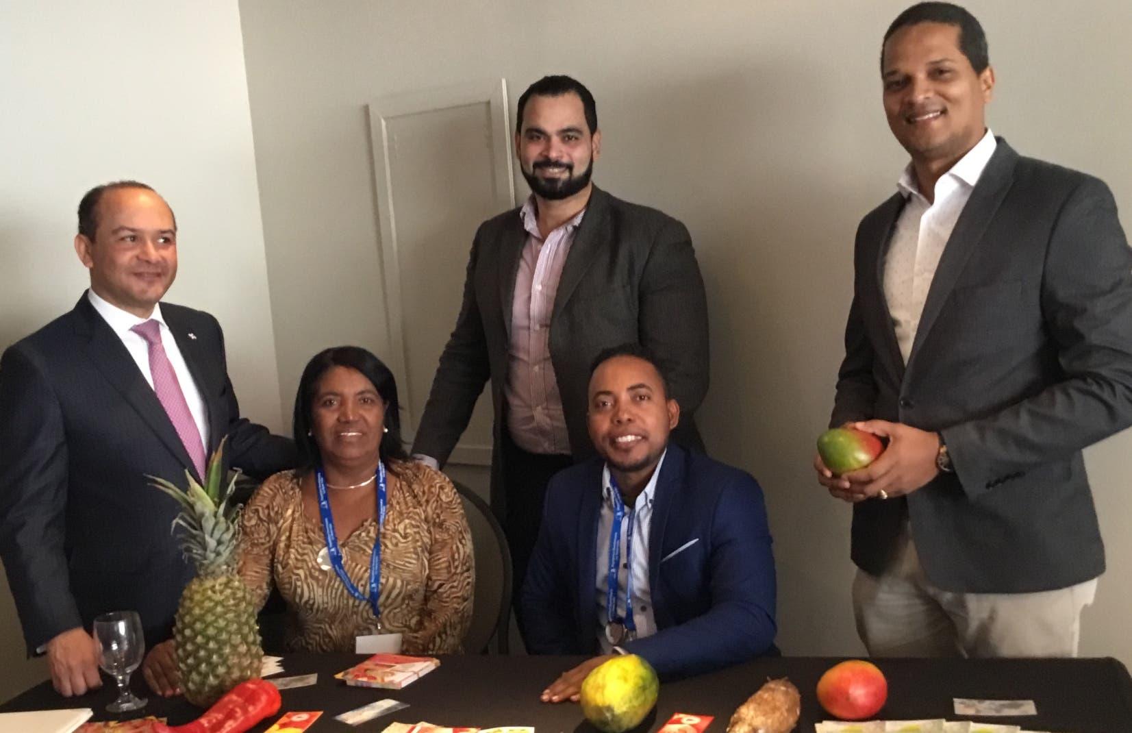 El embajador dominicano Bruinny Garabito Segura acompañado de parte de la delegación dominicana.  FUENTE EXTERNA.