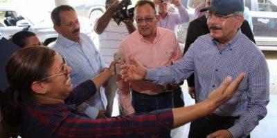 El presidente Medina saludado por mujer.  FUENTE EXTERNA.