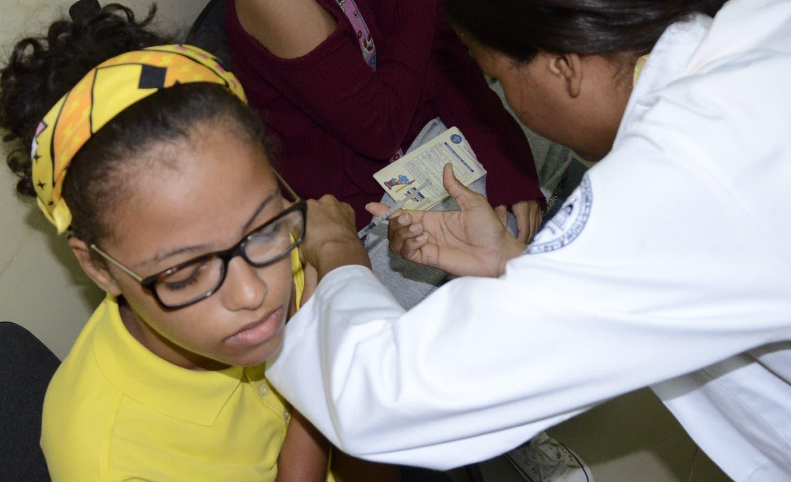 Esta pequeña de siete años recibe su refuerzo de difteria luego que los médicos evaluaran su esquema de vacunación.