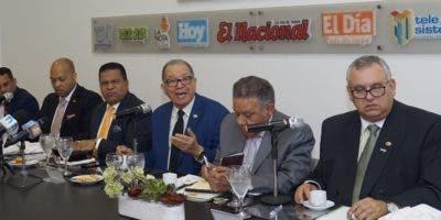 Julio Maríñez ,  Juan Bolívar Diaz, Ramón Victoria, Ramón Ureña, Raymond Familia y Marino Brito en  Almuerzo Grupo de Comunicaciones Corripio.  E.Tapia
