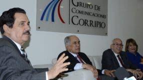 Tony Raful  habla del montaje de las elecciones, observan José García Ramírez. Fernando Durán  y Yadira Henríquez.   josé de león