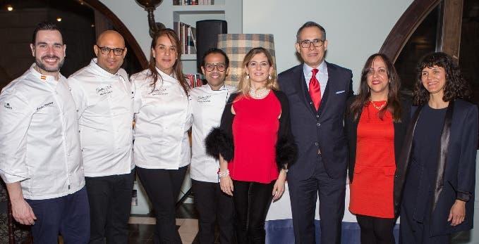 Miembros de la embajada junto a los chefs en la celebración.