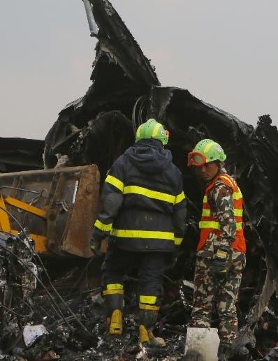 Los equipos de socorro dieron asistencia a los pasajeros. aP